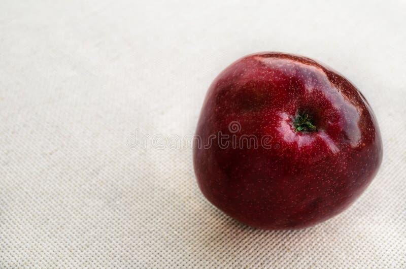 Reifer dunkelroter Apfel lizenzfreies stockfoto
