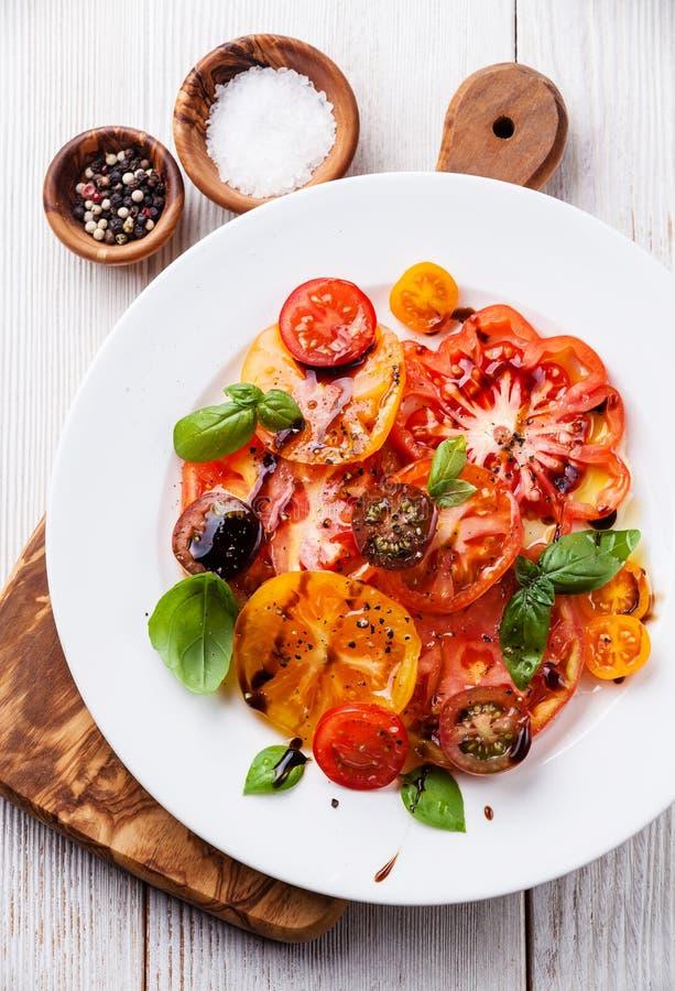 Reifer frischer bunter Tomatensalat stockbilder
