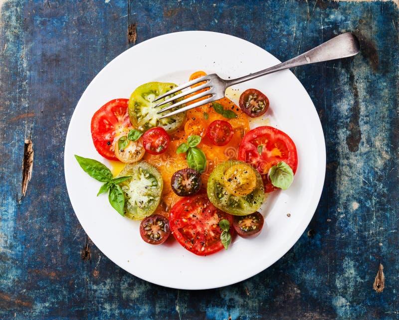 Reifer frischer bunter Tomatensalat stockfoto