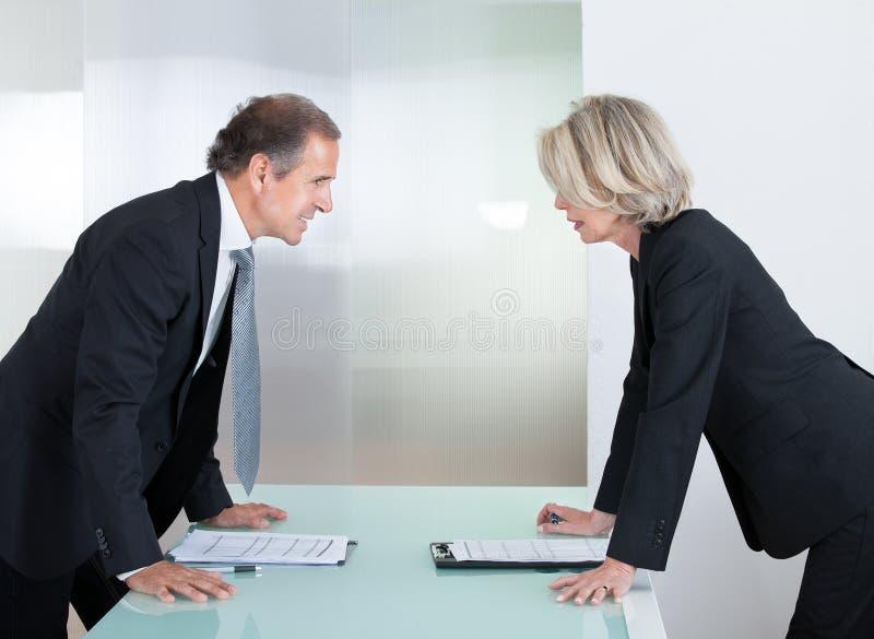 Reifer Geschäftsmann And Businesswoman Fighting lizenzfreie stockfotos