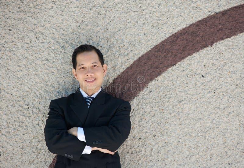 Reifer Geschäftsmann, der draußen lächelt lizenzfreies stockfoto