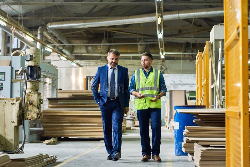 Reifer Geschäftsmann Inspecting Modern Factory lizenzfreies stockbild