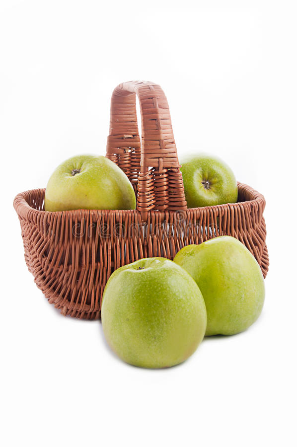 Reifer grüner Apfel im Korb stockbilder