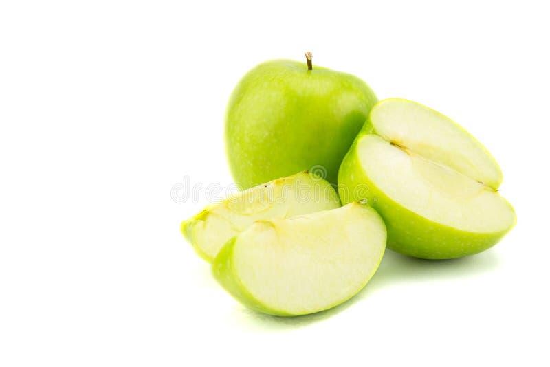 Reifer grüner Apfel mit den Scheiben getrennt stockbild