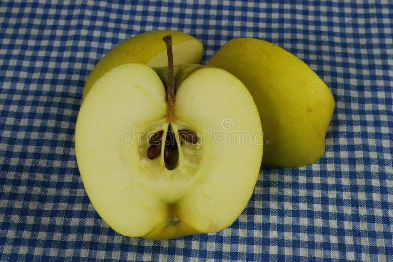 Reifer grüner Apfel und Scheibe lizenzfreie stockfotos