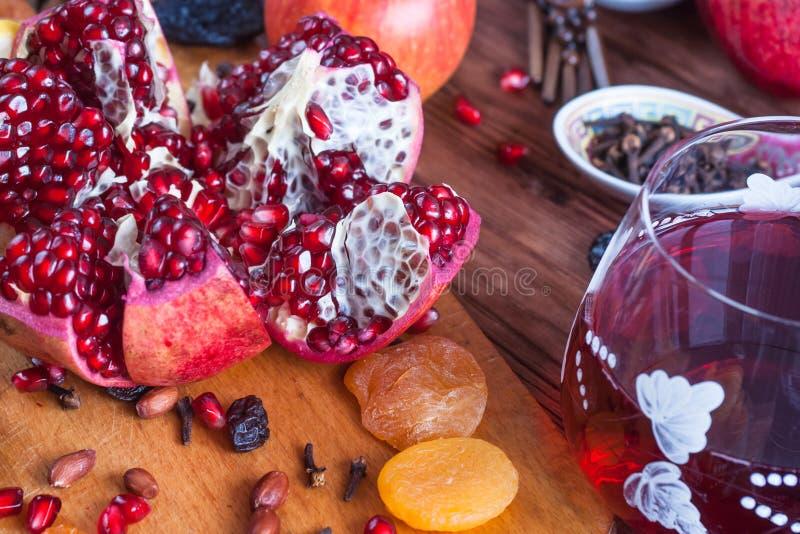 Reifer Granatapfel trägt auf dem Hintergrund eines alten Brettes Früchte stockfotos