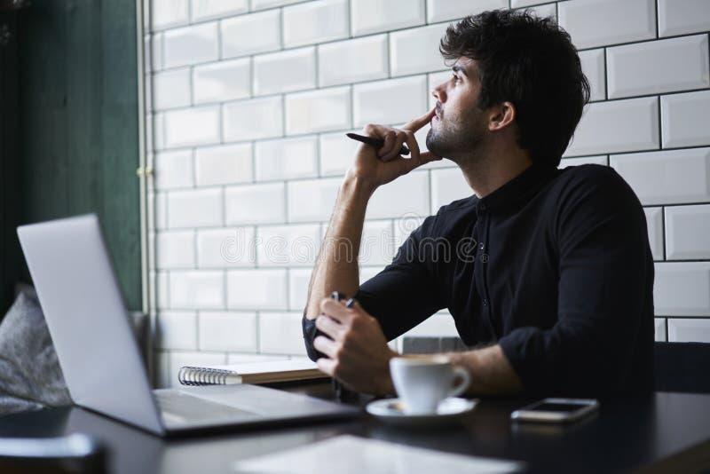 Reifer Inhaber eines Geschäfts in einem schwarzen Hemd stockbild