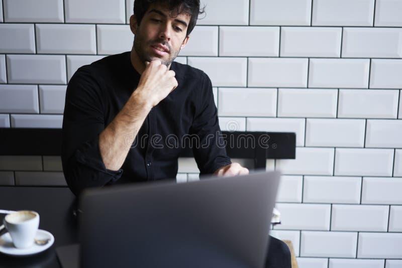 Reifer Inhaber eines Geschäfts in einem schwarzen Hemd lizenzfreie stockfotos