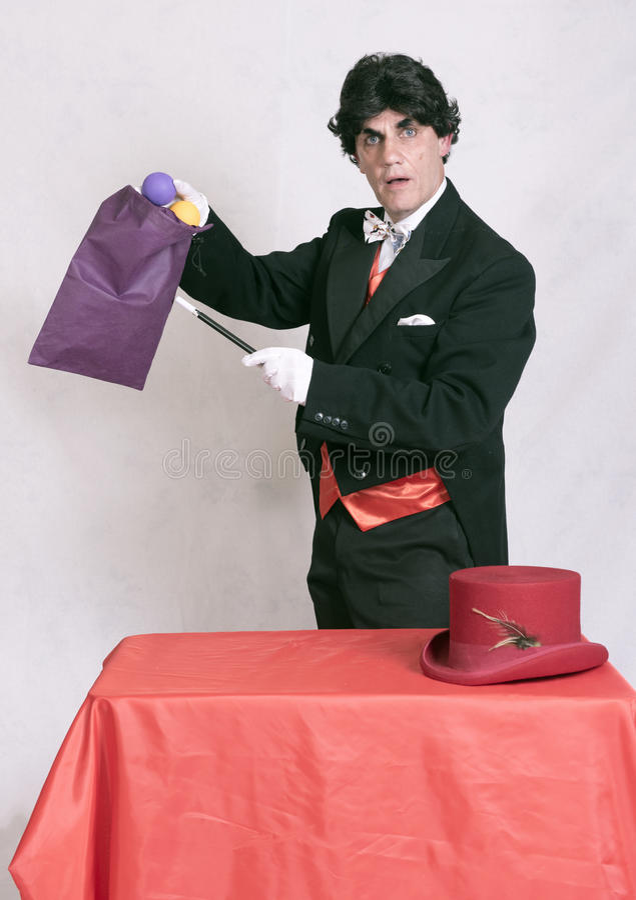 Reifer Magier mit Zaubertricks stockbilder