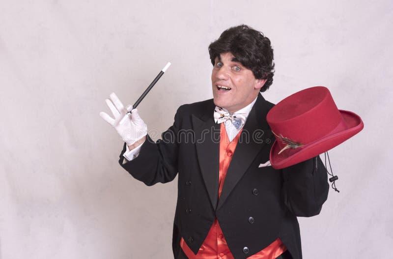 Reifer Magier mit Zaubertricks lizenzfreie stockfotos