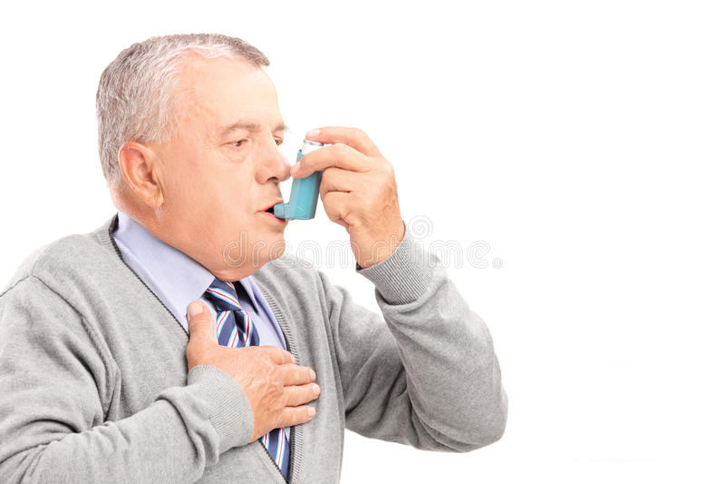 Reifer Mann, der Asthmabehandlung nimmt stockbilder