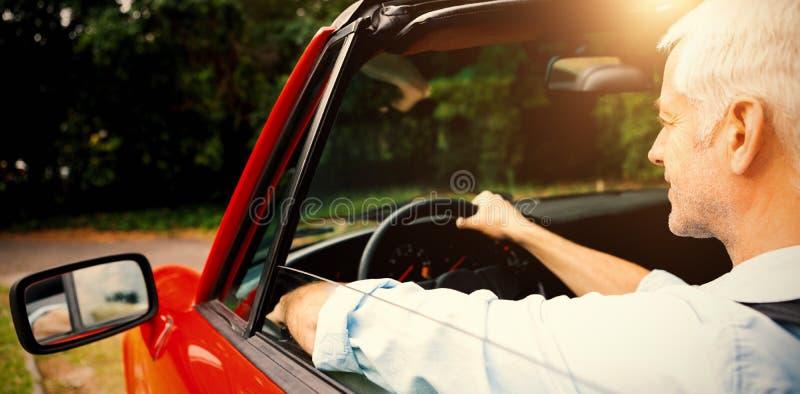 Reifer Mann, der Cabriolet fährt lizenzfreie stockfotografie