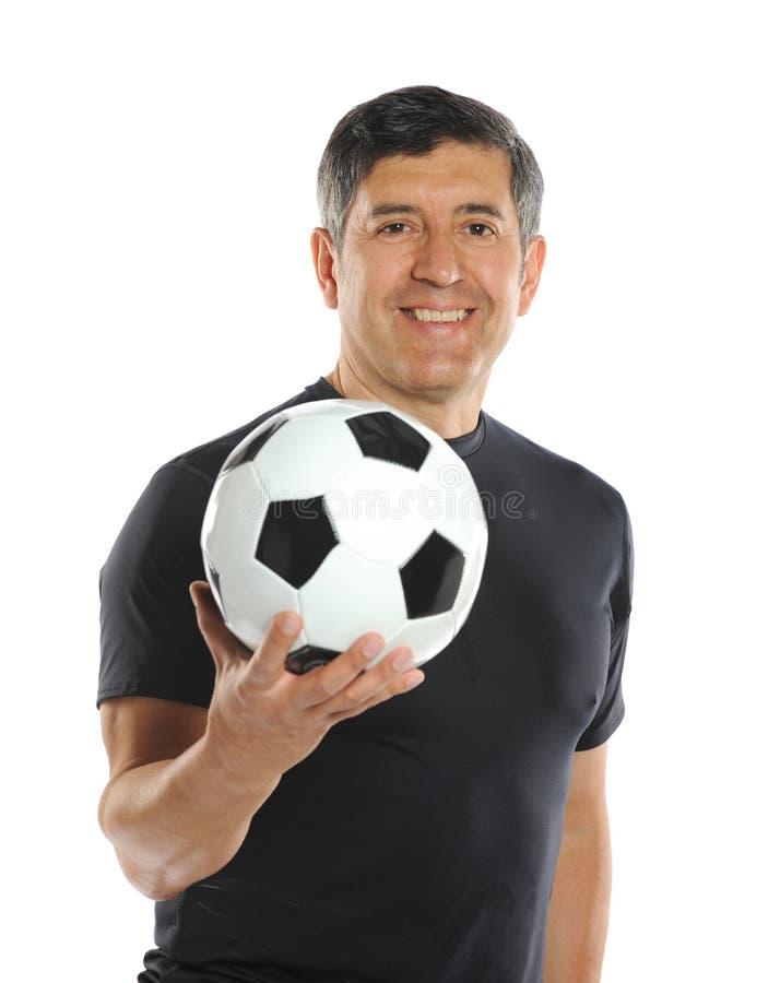 Reifer Mann, der einen Fußball hält lizenzfreies stockfoto
