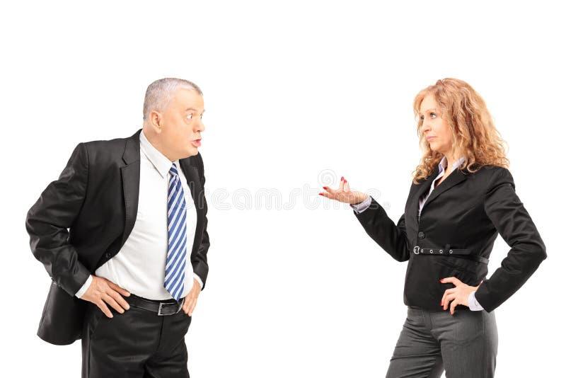 Reifer Mann, der einen Widerspruch mit einer Frau hat lizenzfreie stockbilder