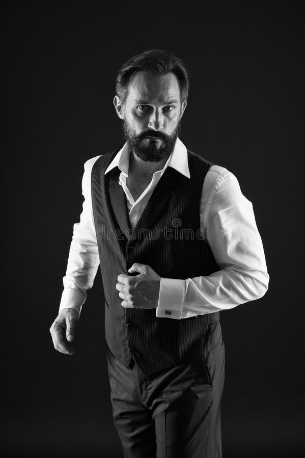 Reifer Mann der eleganten Ausstattung K?mmern Sie sich gutes um Ihrem Schattenbild Wie man w?hrend Ihres Alters ankleidet Eleganc stockfotografie