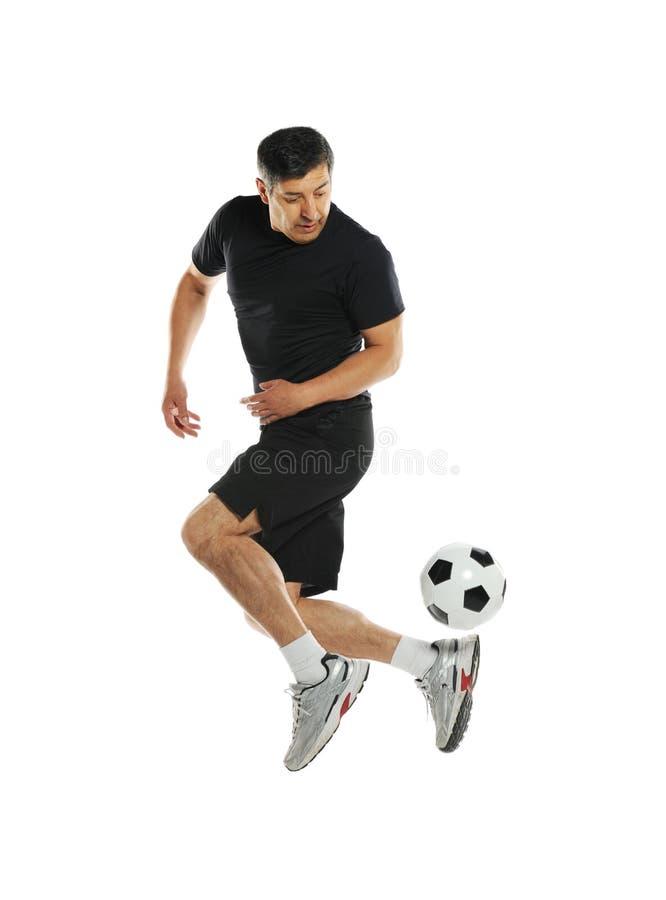 Reifer Mann, der mit Fußball spielt stockfotos