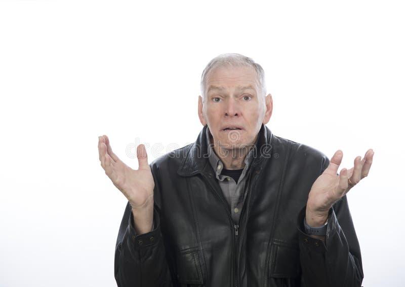 Reifer Mann mit den Händen in der Luft, die verwirrt schaut stockfotos