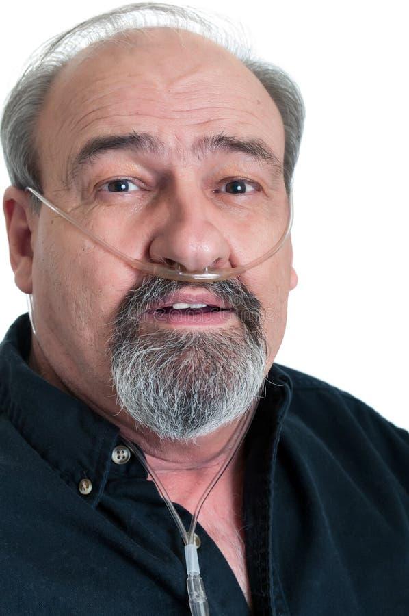 Reifer Mann mit einer Atmungsunfähigkeit stockfoto