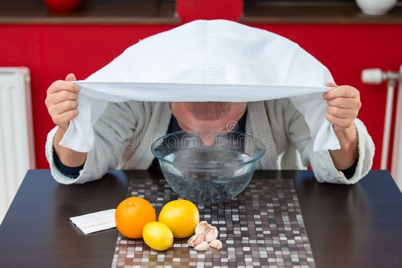 Reifer Mann mit Kälten und Grippe Einatmung von Kräutern lizenzfreies stockbild