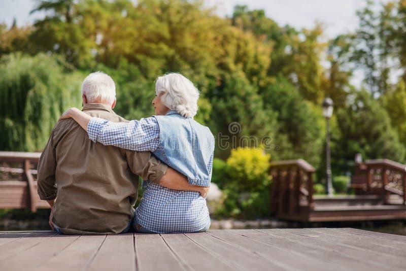 Reifer Mann und Frau, die Naturansicht genießt lizenzfreies stockbild