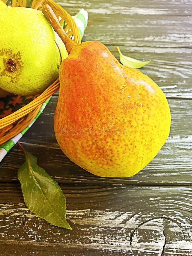 Reifer organischer Birnensommerbonbon-Fruchtnachtisch auf einer Platte köstlich auf einem hölzernen geschmackvollen stockfotos