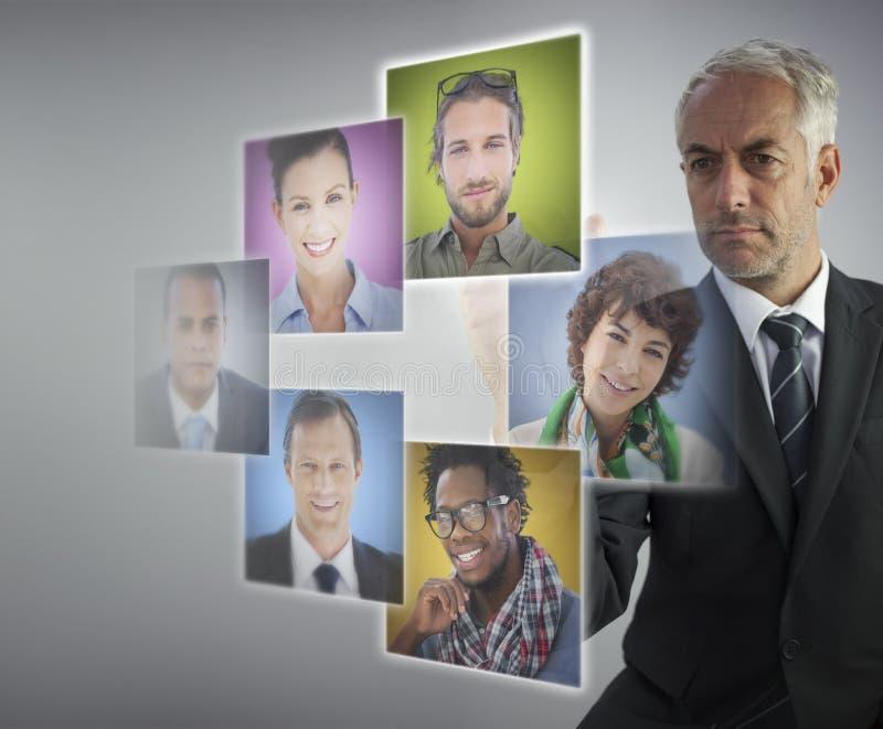 Reifer Personalwesendirektor, der zukünftige Angestellte vorwählt stockbilder