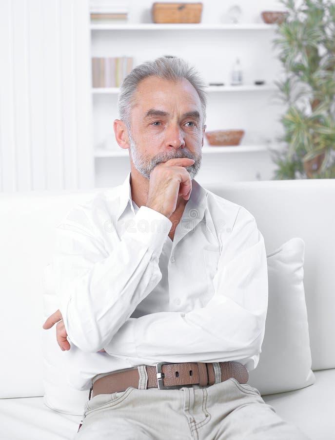 Reifer Psychotherapeut arbeitet in einem modernen B?ro stockfotos