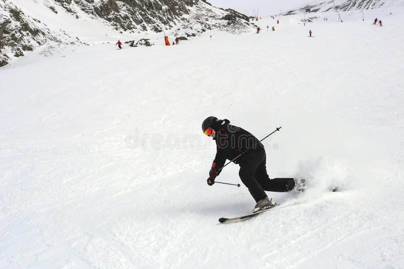Reifer Skifahrer gefallen während abschüssigen am Skiort im Winter Unfall an der Skisteigung passend, Skischwergängigkeit zu löse stockbild