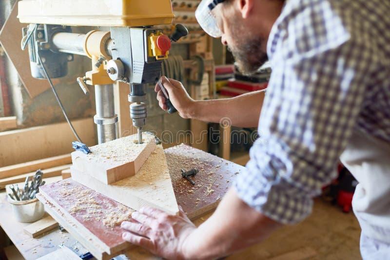 Reifer Tischler Working in der Schreinerei stockbild