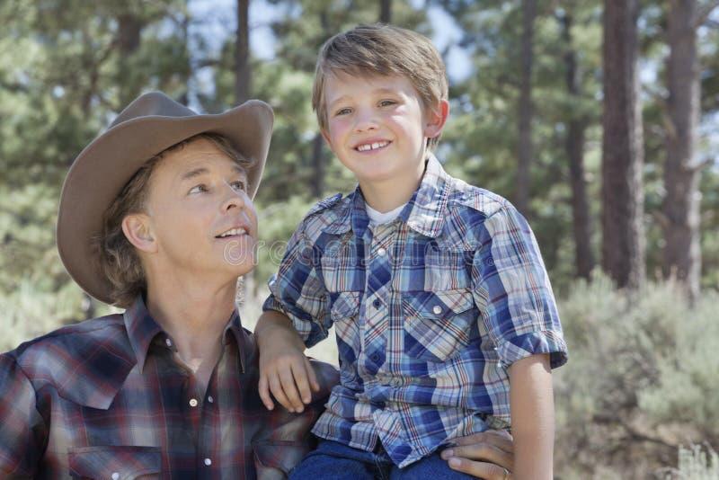 Reifer Vater, der Sohn im Park betrachtet lizenzfreie stockfotos