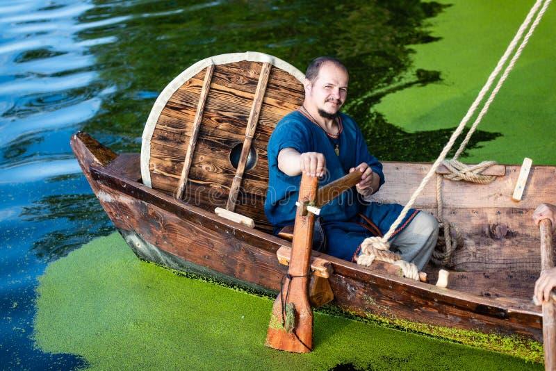Reifer Viking Man Drives Drakkar stockbild