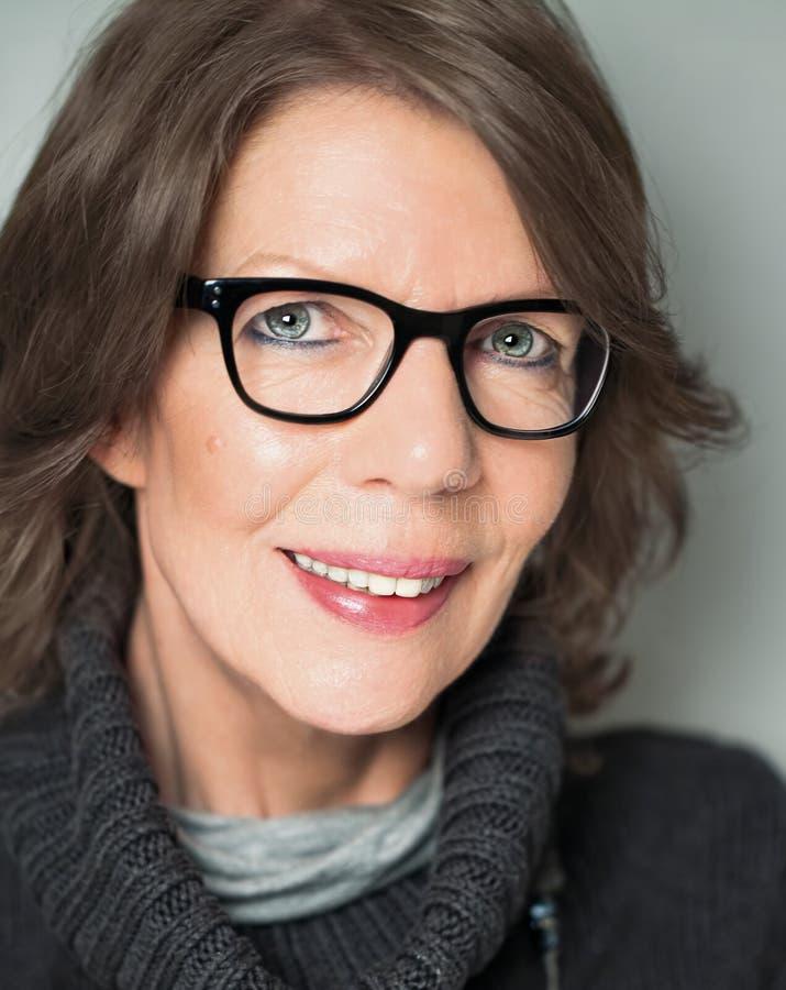 Reifes Frauenporträt mit schwarz umrandete Brille stockfoto