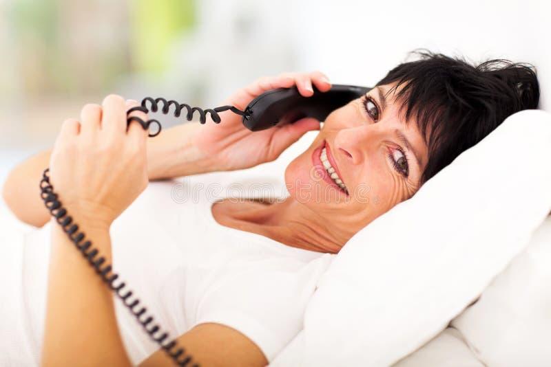 Reifes Frauentelefon stockbilder