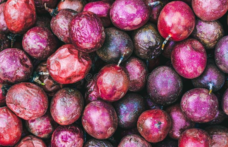 Reifes Fruchtmaracuja in einem Haufen stockfoto