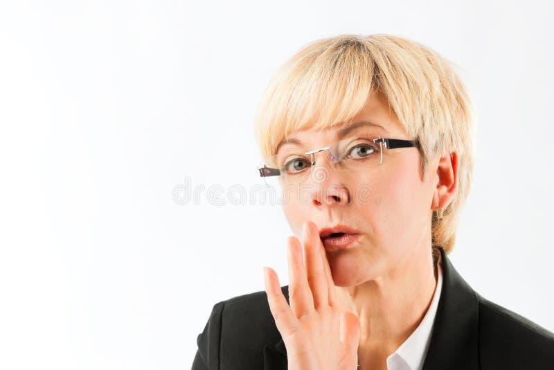 Reifes Geschäftsfrausprechengeheimnis stockbild