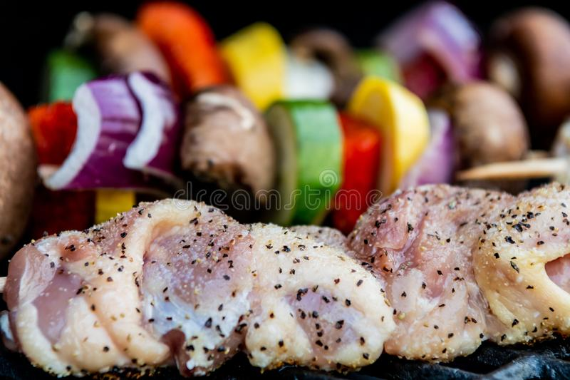 Reifes Hühnerkebab-Grillen lizenzfreies stockfoto