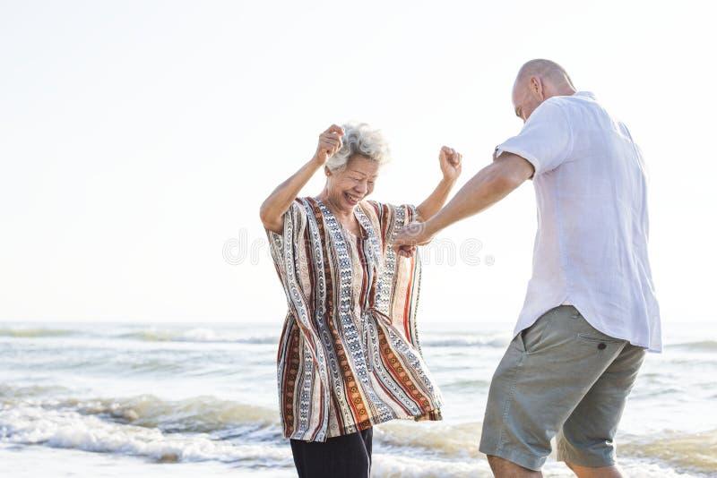 Reifes Mutter- und Sohntanzen auf dem Strand lizenzfreie stockfotos