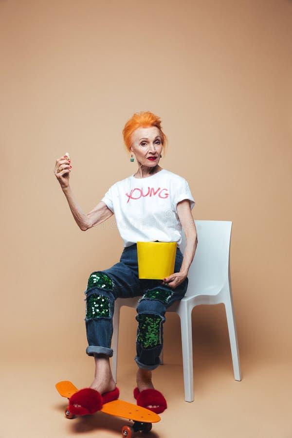 Download Reifes Rothaarigemode-Frauensitzen Lokalisiert Stockfoto - Bild von europäisch, alter: 96933848