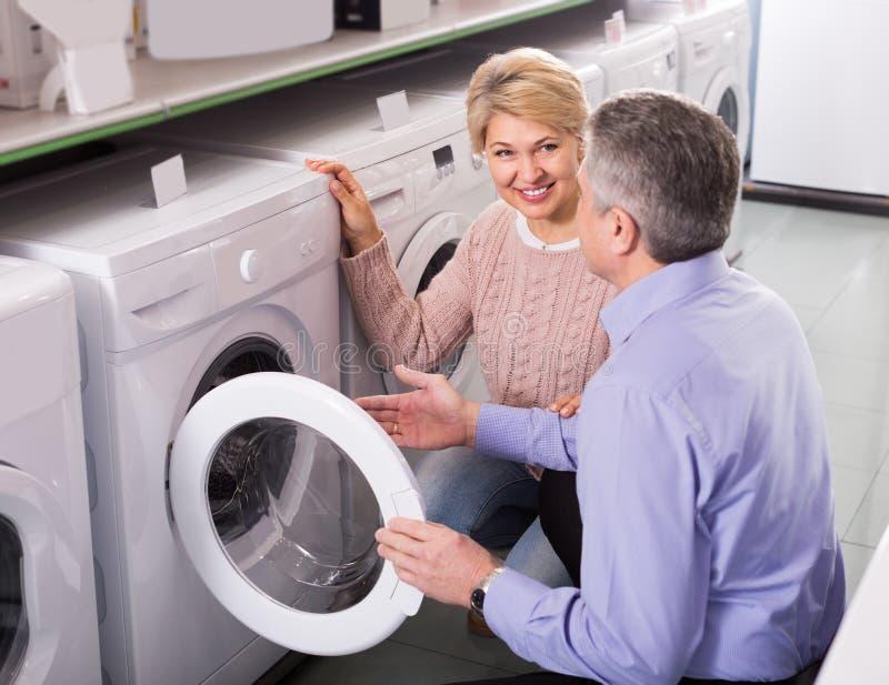 Reifes verheiratetes Paar im Shop von Haushaltsgeräten lizenzfreie stockfotos