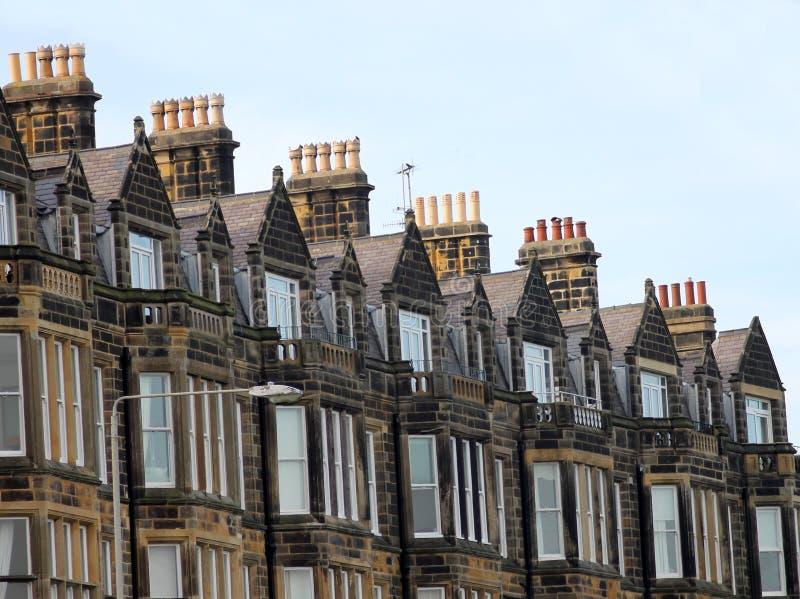 Reihe der alten viktorianischen Stadthäuser stockbilder