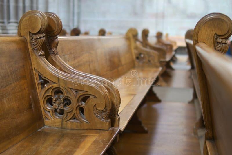 Reihe der Bänke in der Kathedrale stockbilder
