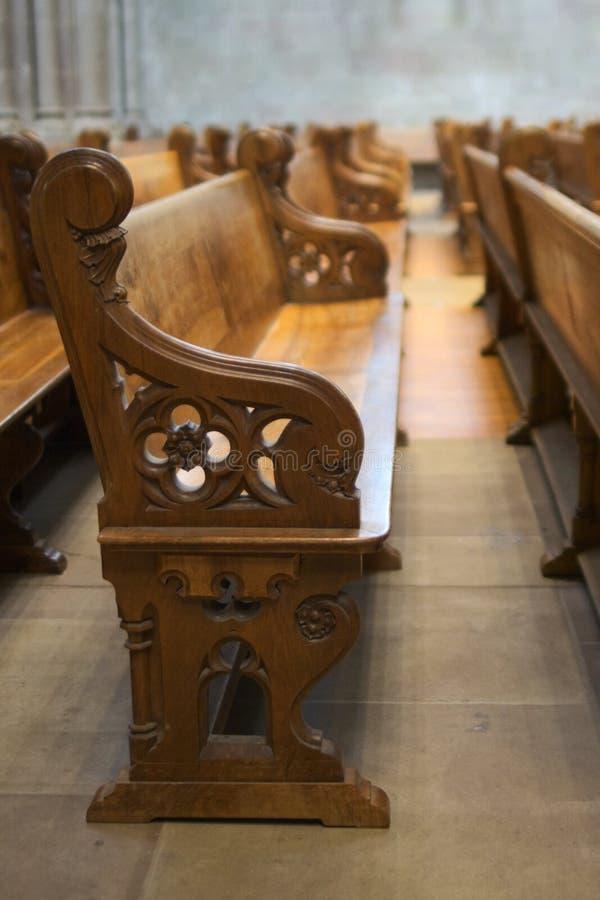 Reihe der Bänke in der Kathedrale lizenzfreies stockfoto