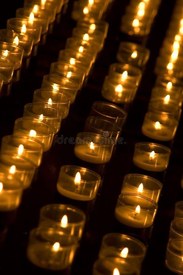 Reihe der beleuchteten tealights stockfoto