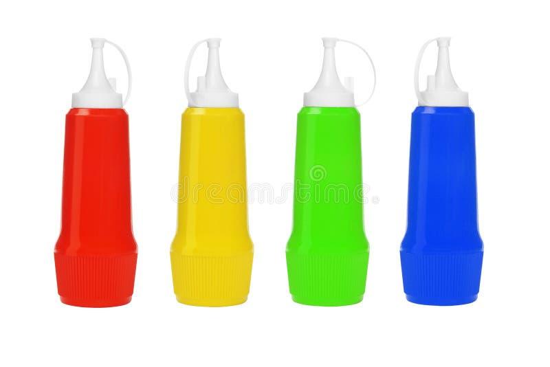 Reihe der bunten Plastikflaschen stockbild