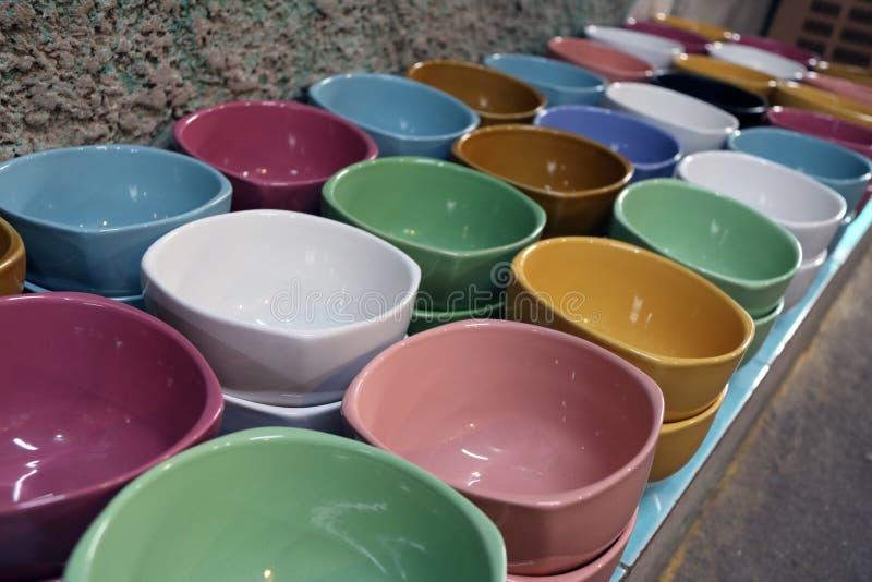 Reihe der bunten Suppenschüssel auf dem Boden viele Farbe der Schüssel stockfotografie