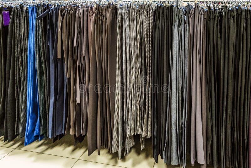 Reihe der Frauenhose, die an den trempels hängt lizenzfreies stockbild