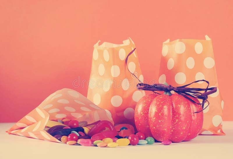 Reihe der glücklichen orange Papiertüte Tupfens Halloweens Süßes sonst gibt's Saures stockfotografie