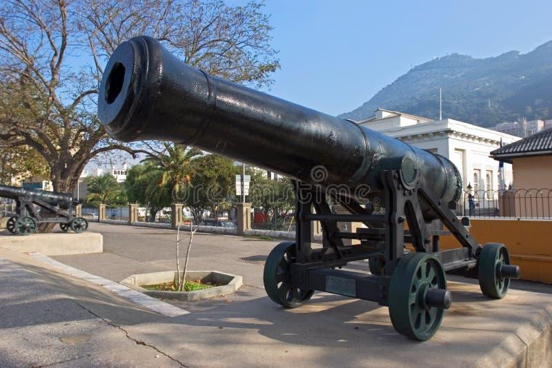 Reihe der historischen Kanonen in Gibraltar lizenzfreie stockbilder