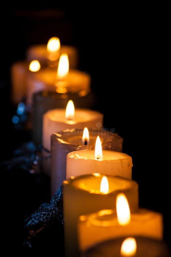 Reihe der Kerzen stockfotografie