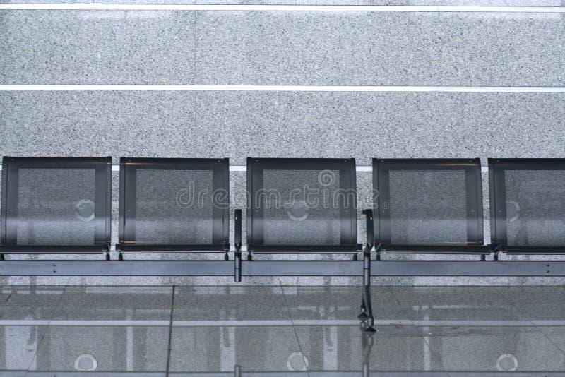 Reihe der leeren Stühle im internationalen Flughafen lizenzfreies stockbild